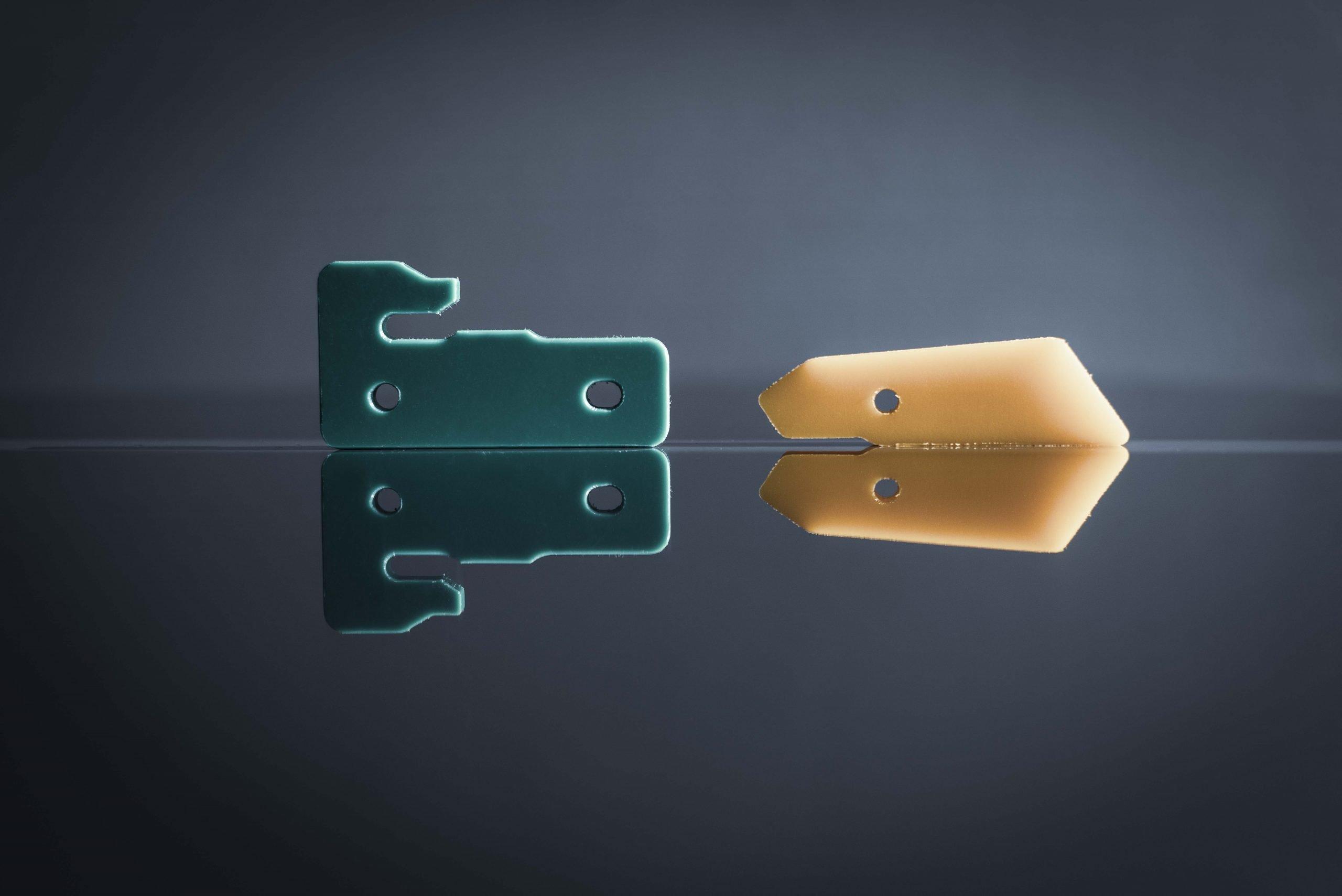 Dos plásticos técnicos juntos con un fondo negro